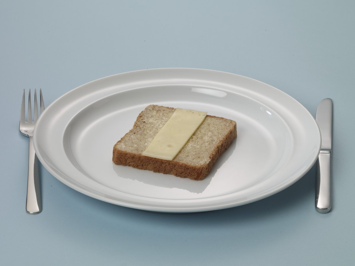 Bruine boterham met half plakje kaas
