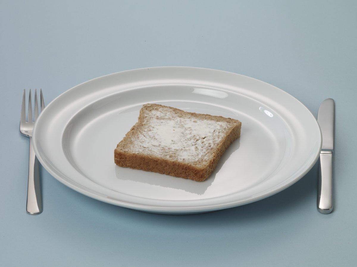 Bruine boterham dun besmeerd met boter