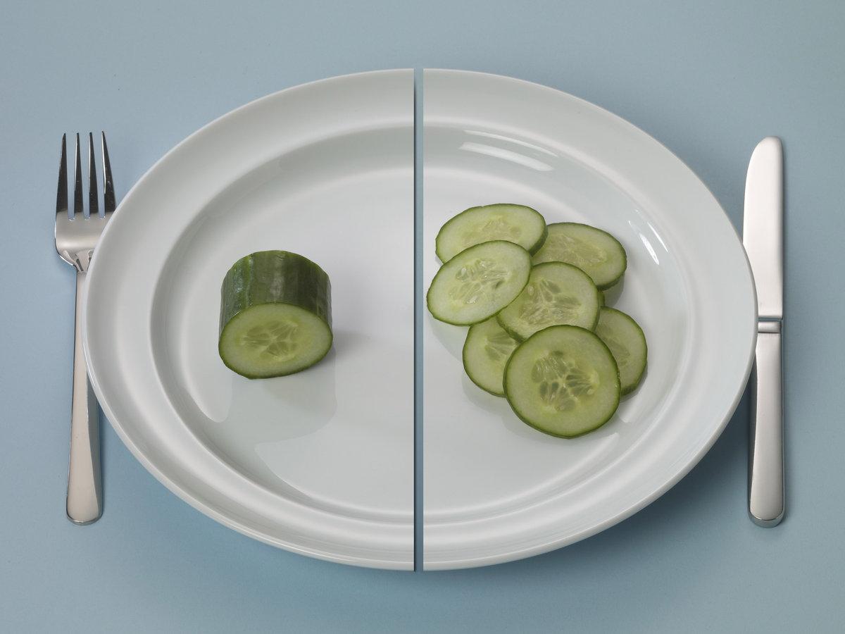 Bord met wat komkommer