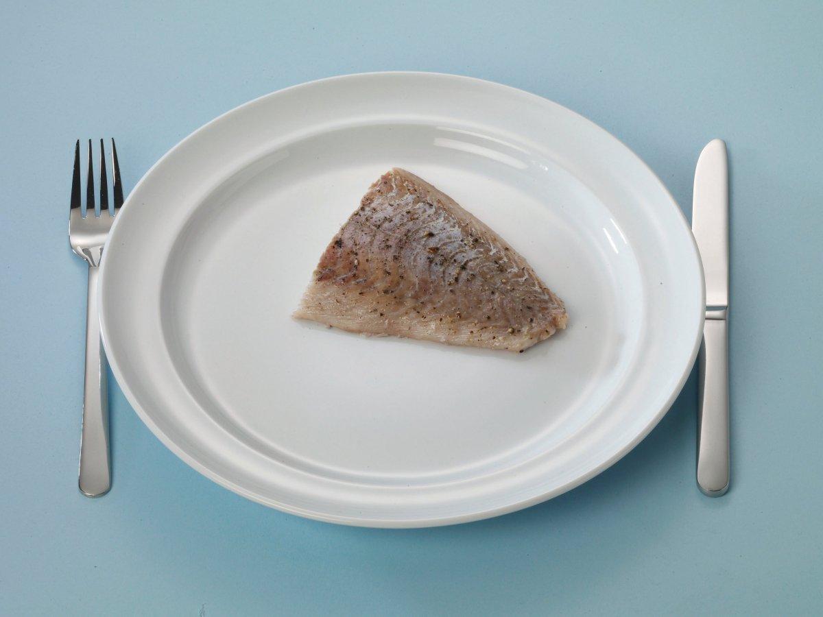 Bord met een stuk vis