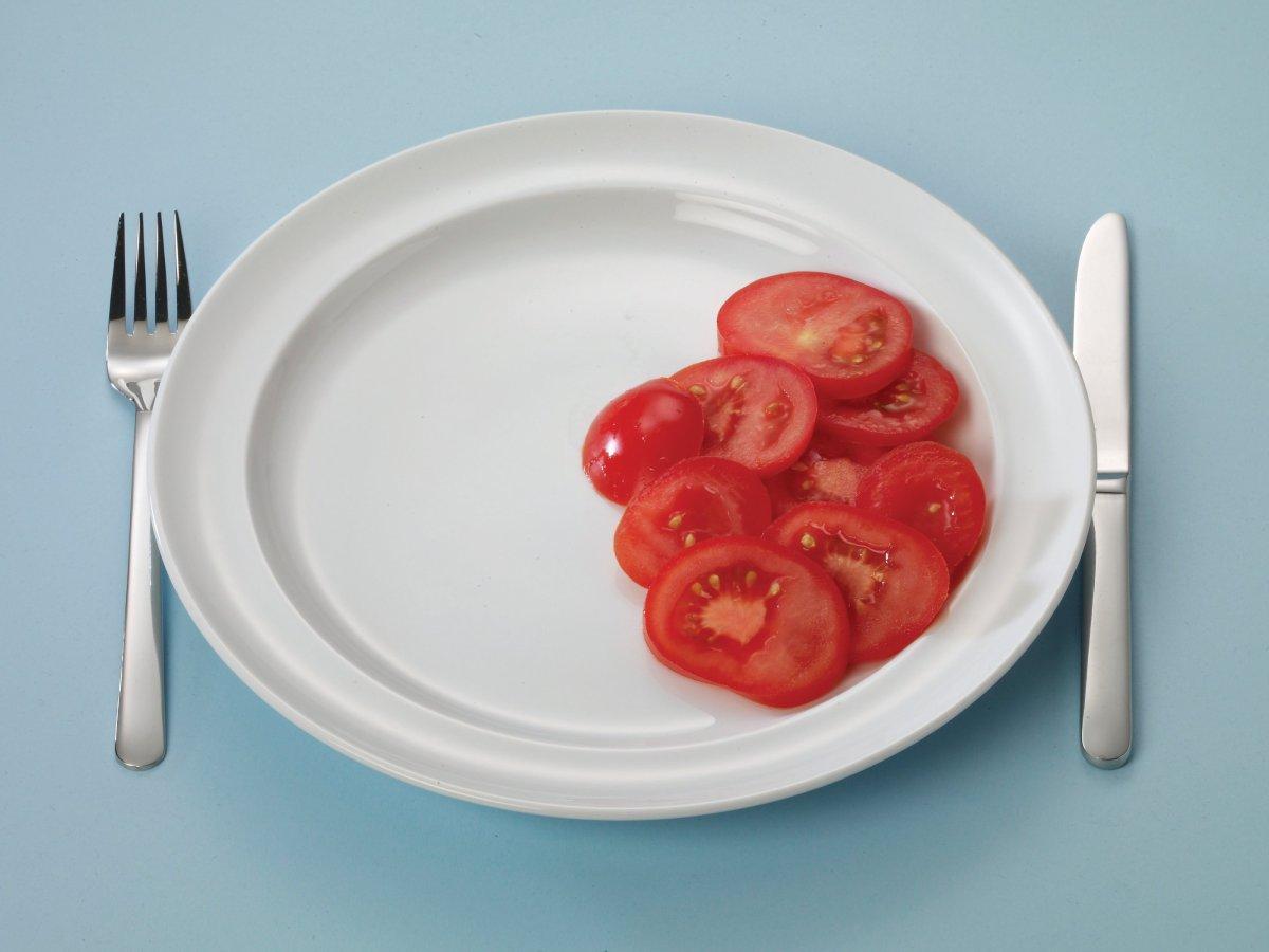 Bord met wat sneetjes tomaat
