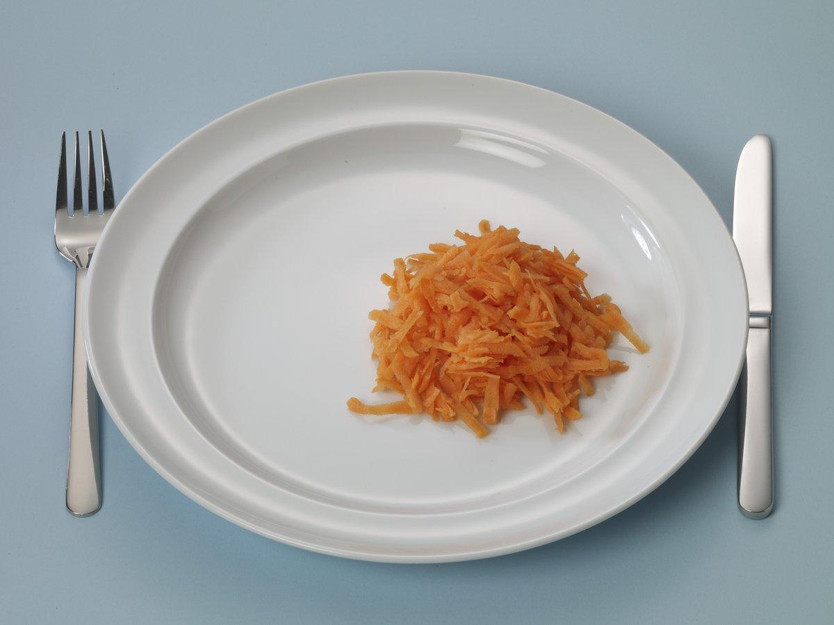 Bord met wat geraspte wortel