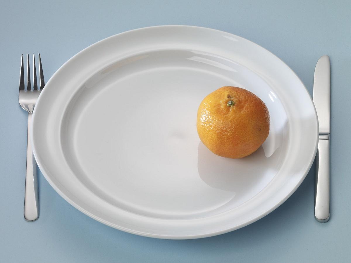 Bord met een ongepelde mandarijn
