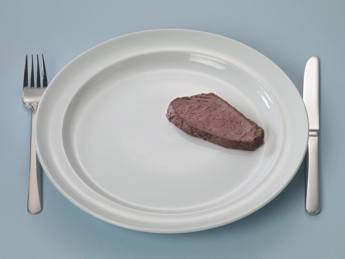 Bord met een sneetje ham