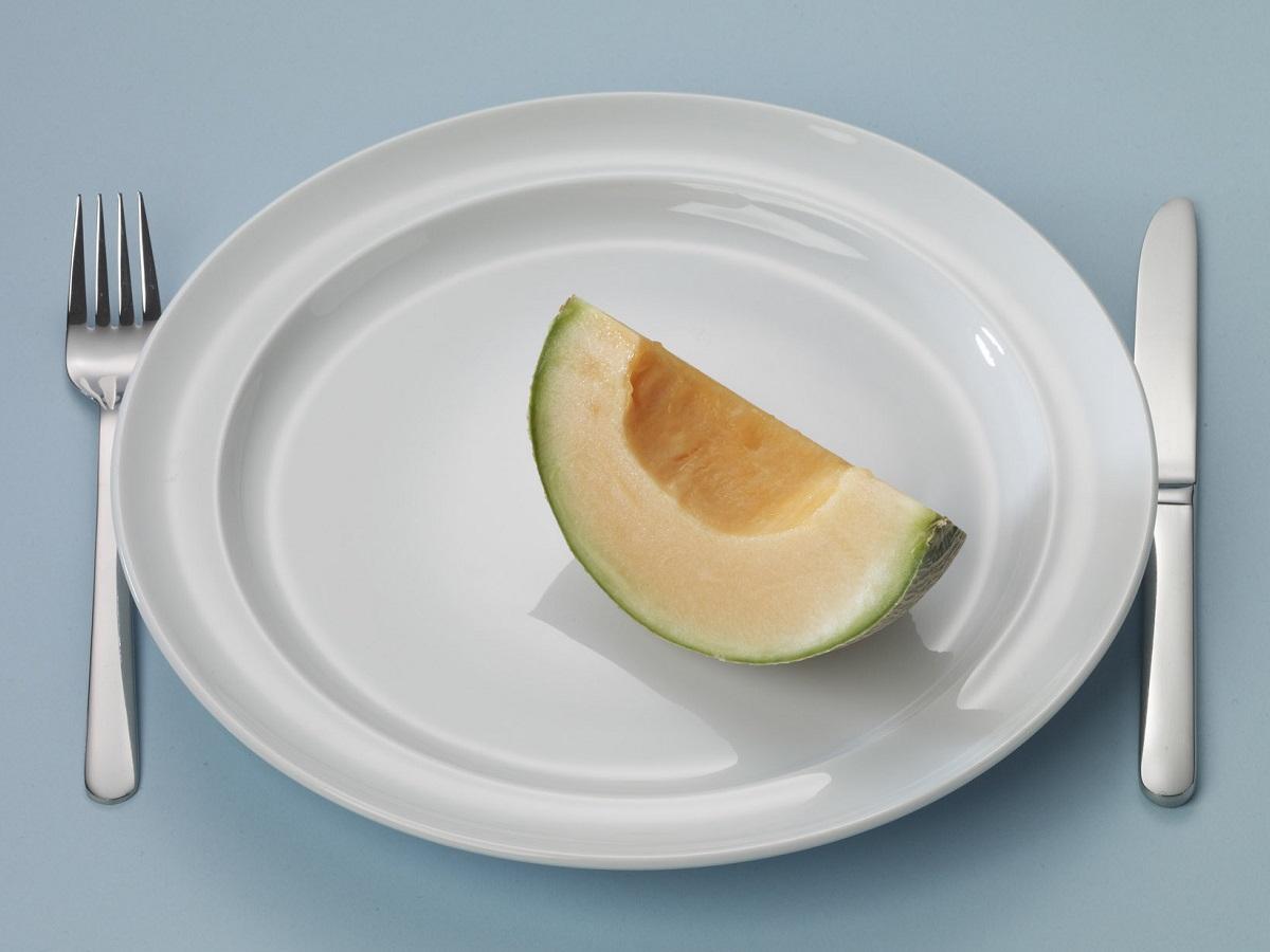 Bord met een stuk meloen