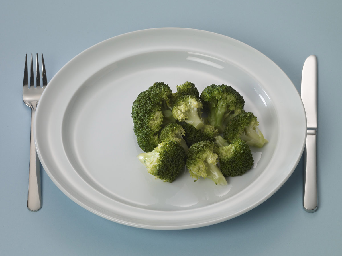 Bord met broccoli
